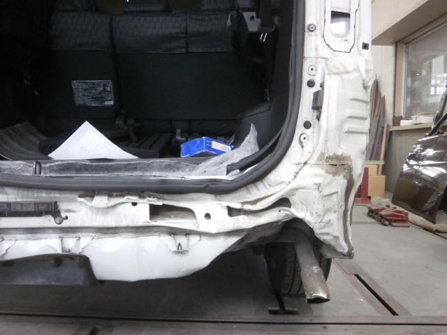 01修理前 : 一般補修(鈑金塗装)トヨタ ノア リア周りの修理